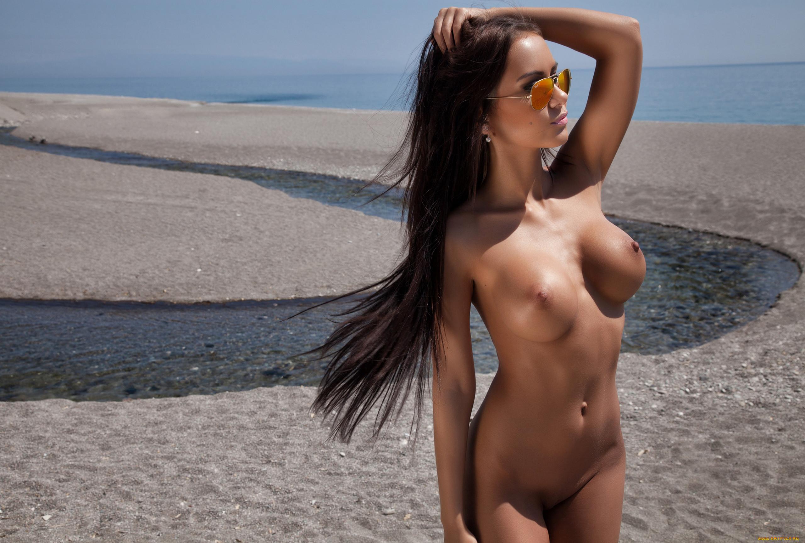 Голые Брюнетки На Пляже Фото